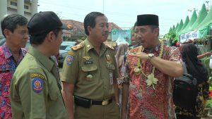 Bupati Rembang, Abdul Hafidz (berpeci), memberikan arahan kepada jajarannya.