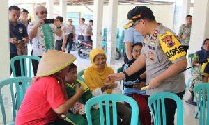 Kapolres Rembang, AKBP Dolly A. Primanto saat menyapa warga, belum lama ini.