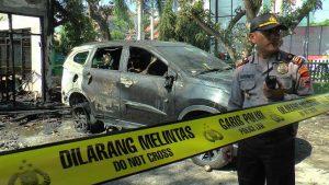 Situasi TKP pasca kebakaran. (Foto atas) Wakil Bupati Rembang, Bayu Andriyanto berdialog dengan dua orang pegawai, pemilik mobil yang terbakar.