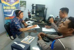 Kasat Lantas Polres Rembang, AKP Roy Irawan bersama Kanit Binmas, Aiptu Hartono talk show di radio R2B, Jum'at (25/10).