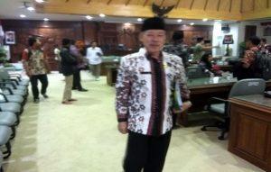 Kepala Kantor Kementerian Agama Kabupaten Rembang, Atho'illah berjalan keluar ruangan, seusai audiensi, Jum'at (11/10). (Foto atas) Foto copyan ijazah Siti Komsah yang dilegalisir.