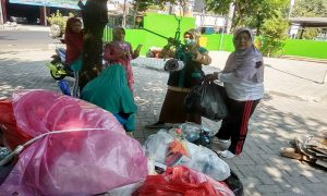 Warga menyetor sampah di Bank Sampah Unit (BSU) Resik Apik I, depan Kantor Kelurahan Leteh, Rembang.
