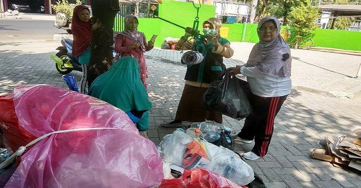 Berkat Sampah, Kelompok Ibu-Ibu Ini Berulang Kali Bisa Piknik