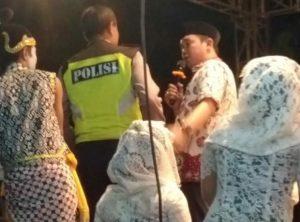 Ketua Partai Nasdem sekaligus Wakil Bupati Rembang, Bayu Andriyanto turut menyumbangkan lagu dalam pentas wayang kulit yang digelar PKS. (Foto atas) Ketua DPD PKS, Rabis Swabihantoro menyerahkan tokoh wayang kepada dalang Ki Didik Suryono.
