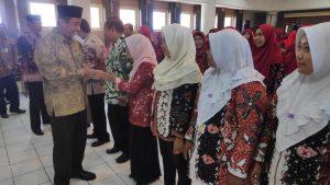 Bupati Rembang, Abdul Hafidz mengucapkan selamat kepada bidan selaku pejabat fungsional, usai pelantikan, Jum'at (04/10).