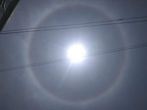 Fenomena lingkaran mirip cincin mengitari matahari, Selasa (01/10).