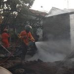 Petugas Damkar Pemkab Rembang memadamkan api di lokasi kebakaran rumah, Desa Sulang, Sabtu sore.