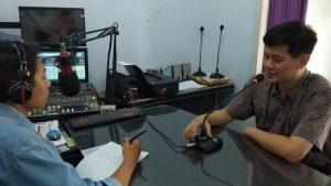 Ferry Santoso, dokter dari RS Bhina Bhakti Husada Rembang saat talk show di Radio R2B, Kamis (24/10).