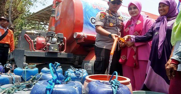 Saat Droping Air Bersih, Kapolres Rembang Dengar Kisah Miris Dari Warga