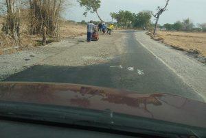 Pelebaran jalan antara Desa Dresi Kulon Kaliori – Sumber masih terus berlangsung, Sabtu (26/10).