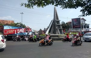 Kepadatan lalu lintas di dalam Kota Rembang, sebelah timur pasar. (Foto atas) Coffe Morning yang berlangsung di Alun-Alun Rembang, Rabu pagi (30/10).