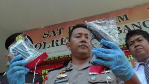 Kapolres Rembang, AKBP Dolly Arimaxionari Primanto menunjukkan barang bukti kasus Curas yang terjadi di Kecamatan Bulu.