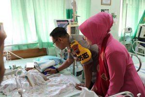 Kapolres Rembang, AKBP Dolly Arimaxionari Primanto bersama isteri menjenguk balita penderita gizi buruk. (Foto atas) Suasana droping air bersih di Desa Sambiyan, Kec. Kaliori, Kamis (17/10).