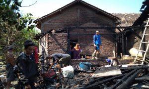 Kebakaran menghabiskan ruangan dapur di rumah warga Desa Sumurtawang, Kec. Kragan, Jum'at (25/10).