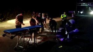 Polisi bersama Tim PSC mengevakuasi jenazah korban dari TKP kecelakaan Desa Pasar Banggi, Minggu dini hari (13/10).