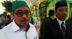 Ketua DPC PPP Kab. Rembang, Majid Kamil (baju putih) didampingi Abdul Hafidz, Bupati Rembang sekaligus Sekretaris DPC PPP menyampaikan masalah Pilkada, usai temu kader PPP, Selasa (01/10).