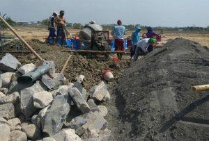 Warga Desa Meteseh, Kec. Kaliori membangun tandon air yang sumber anggarannya dari Kementerian Sosial.