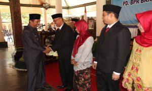 Bupati Rembang, Abdul Hafidz memberikan ucapan selamat kepada Dirut PD BPR BKK Lasem yang baru, Mokh. Suwarno, Senin (28/10).