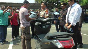 Kapolres Rembang menyerahkan secara simbolis sepeda motor kepada perwakilan keluarga korban, Senin (28/10).