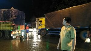 Kepadatan lalu lintas di jalur Pantura Rembang.