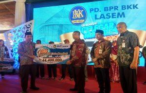 Bupati Rembang, Abdul Hafidz dan Direktur Utama PD. BPR BKK Lasem, Suwarno, saat menunjukkan secara simbolis dana santunan Lansia. (Foto atas) Bupati Rembang, Abdul Hafidz mengunjungi Kasnadi, Lansia sebatang kara, beberapa waktu lalu.