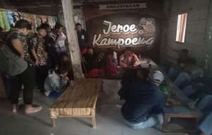 Puluhan pelajar nongkrong di sebuah angkringan, Rabu (02/10). Mereka kemudian dibawa ke Kantor Satpol PP.