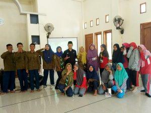 Foto bareng pasca pelatihan jurnalistik di SMK Muhammadiyah Pamotan, Jum'at (04/10).