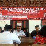 Ketua DPC PDI Perjuangan Kab. Rembang, Ridwan (baju hitam) menyampaikan penjelasan kepada dua bakal calon Bupati yang mendaftar, Kamis (17/10).