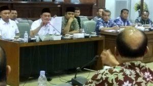 Camat Sluke, Haryadi memberikan penjelasan saat audiensi di gedung DPRD, beberapa waktu lalu. (Foto atas) Darmawan Budiharto, kuasa hukum Siti Khomsah.
