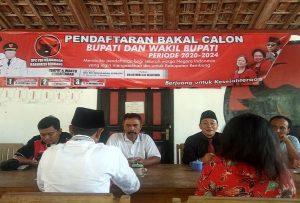 Ketua DPC PDI Perjuangan Kab. Rembang, Ridwan (peci baju hitam) memberikan penjelasan kepada bakal calon Bupati yang mengambil formulir pendaftaran.