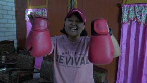 Rita Wulansari menunjukkan sarung tinjunya. (Foto atas) Rita Wulansari menyabet juara I Nasional, dalam ajang Jambore Kesehatan Jiwa di Bangka Belitung.