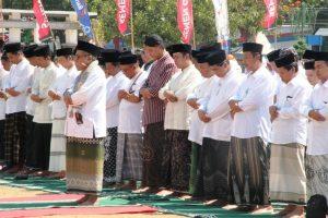Gubernur Jawa Tengah, Ganjar Pranowo (blangkon hitam) bersama jajaran menunaikan sholat istisqa' di Alun-Alun Rembang, untuk memohon hujan, Selasa (22/10).
