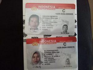 Contoh SIM Pintar yang dikeluarkan oleh pihak kepolisian. (Foto atas) Kepala Unit Registrasi & Identifikasi Satlantas Polres Rembang, Iptu Sulhan Mulyadi mengecek proses pembuatan SIM.
