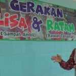 Kepala SMP N I Gunem menunjukkan spanduk gerakan Lisa & Ratam yang menempel di dinding sekolah.