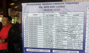 Daftar peraih undian Tamades PD. BPR BKK Lasem. (Foto atas) Seorang pegawai PD. BPR BKK Lasem, menunjukkan hadiah utama, Honda Mobilio.