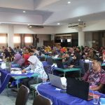 Aparat desa berlatih Sipades di lantai IV Gedung Setda Rembang, Selasa (15/10).