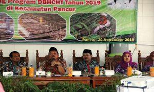 Bupati Rembang, Abdul Hafidz didampingi Wakil Bupati, Bayu Andriyanto menjawab pertanyaan warga, saat kegiatan dinamika pembangunan di Kec. Pancur, Rabu (20/11).