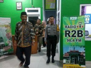 Bupati Rembang, Abdul Hafidz dan Kabag Operasional Polres Rembang, Kompol Yohan Setiajid berjalan keluar studio, usai mengisi Talk Show Halo Bupati di Radio R2B, Minggu malam.