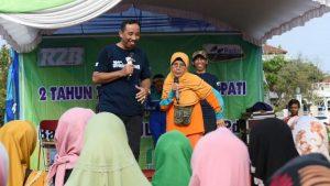 Bupati Rembang, Abdul Hafidz bersama masyarakat, ketika menghadiri kegiatan di Alun-Alun Rembang, belum lama ini.