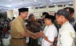 Bupati Rembang, Abdul Hafidz saat bertemu dengan guru Madin & TPQ.