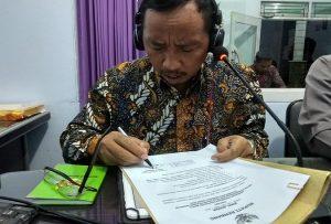 Bupati Rembang, Abdul Hafidz meneken surat edaran untuk menyukseskan Pilkades, ketika hadir dalam talk show Halo Bupati di Radio R2B, Minggu malam (03/11).