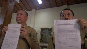 Sekda Rembang, Subhakti & Kepala BKD, Suparmin menunjukkan data formasi CPNS, Senin (11 November 2019).