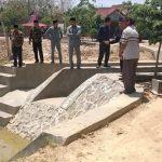 Anggota DPRD Rembang mengecek proyek embung di Desa Ngadem, Kec. Rembang, belum lama ini.