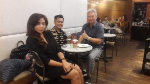 Fanty Kurnia Margareta saat menemui Gunardi, dari Lion Air Group. (Gambar atas) Pramugari Batik Air (harian nasional).