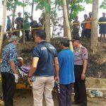 Polisi bersama tim medis menggelar olah TKP kasus gantung diri di Desa Glebeg, Kecamatan Sulang, Kamis (21/11).