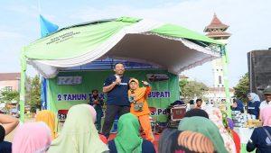 Senam bareng memeriahkan 2 tahun Talk Show Halo Bupati, di kawasan Alun-Alun Rembang, Minggu pagi (03 November 2019). Usai senam diisi game.