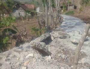 Jalan beton yang dirusak warga di Dusun Temlokokerep, Desa Tengger, Kec. Sale, buntut dari Pilkades.