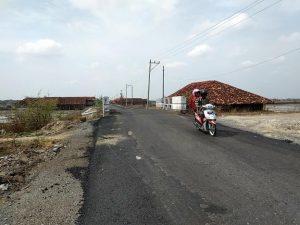 Pengendara sepeda motor, Kamis (14/11) melintas di jalan Dresi Kulon yang dilebarkan.