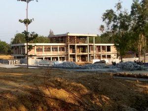 Pembangunan kampus Undip di sebelah utara GOR Mbesi Rembang masih terus berlangsung, Jum'at sore (15/11).