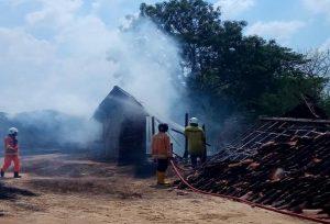 Kebakaran bangunan gudang di dekat Perumahan Palm View Desa Kabongan Kidul, Minggu (24/11).